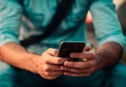 Pesquisa indica que brasileiros ficam em média 4,2 horas no celular por dia